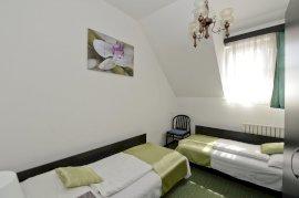 Kétágyas szoba két külön ággyal