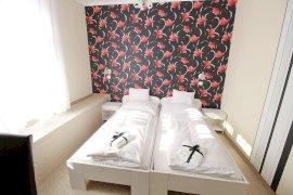 Kétágyas szoba két külön álló ággyal