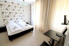 Kétágyas szoba francia ággyal