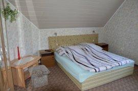 Balkonos emeleti háromágyas szoba, pótágyazható