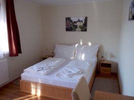 Szoba kétszemélyes ággyal vagy két külön ággyal, erkéllyel