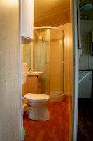 Fürdőszoba WC-vel a mobilházban