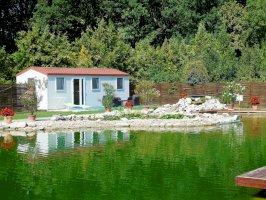 Apartmanjaink közvetlenül az Öko-tó partján várják Önöket!