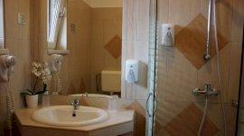Emeleti, classic, kétágyas, udvarra néző néző szoba / Fürdőszoba