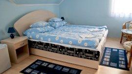 Emeleti családi két hálószobás lakrész saját előtérből nyíló fürdőszobával