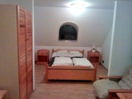 2 ágyas emeleti szoba közös fürdőszobával