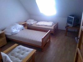 3 ágyas emeleti szoba saját fürdővel