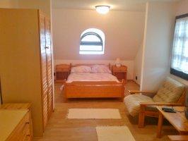 5 ágyas emeleti szoba saját fürdővel