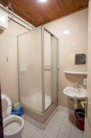 A panzióban lévő szobákhoz tartozó saját fürdőszobák egyike