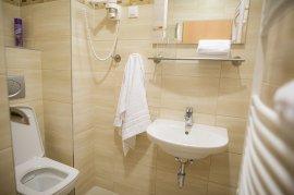 Fürdőszoba zuhanykabinnal
