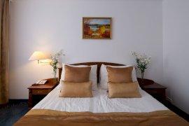 Standard kétágyas szoba - A képek adott szobakategóriát ábrázolnak. A szoba elrendezése, berendezése a tájolástól függően különböző lehet.
