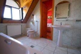 Kétszemélyes szoba, kádas fürdőszobával.