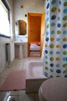 Kétszemélyes szoba, külön ággyal, zuhanyzós fürdőszobával.